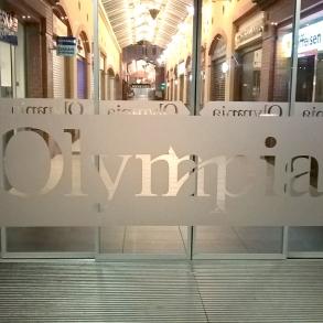 označení dveří pískovanou fólií - Olympia Plzeň