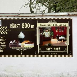 navigační cedule Café Vídeň Břasy
