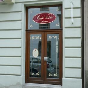 označení kavárny Cafe Vídeň Plzeň